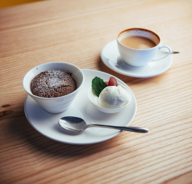 Kucheneis mit schokoladencappuccino Premium Fotos