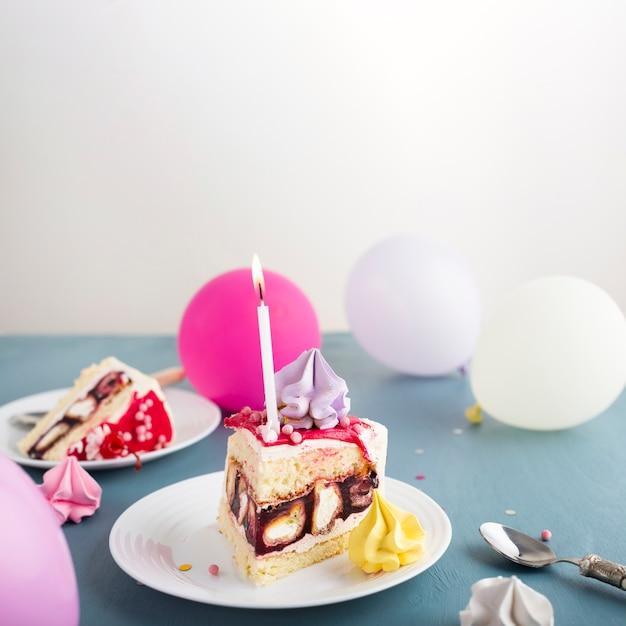 Kuchenstück mit farbigen ballonen Kostenlose Fotos