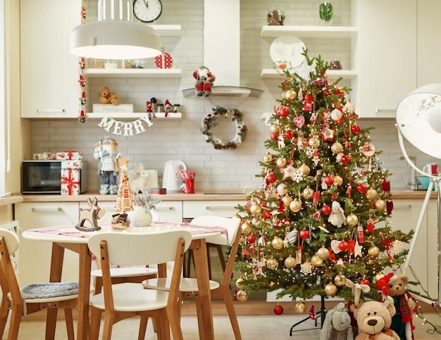 Küche mit weihnachtsdekoration Premium Fotos