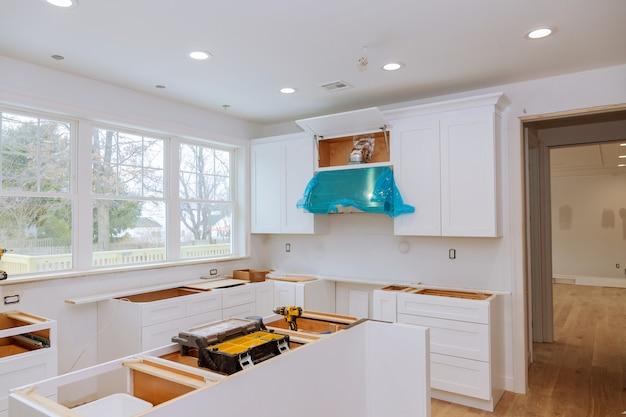 Kücheansicht für heimwerker in einem neuen küchenschrank installiert Premium Fotos