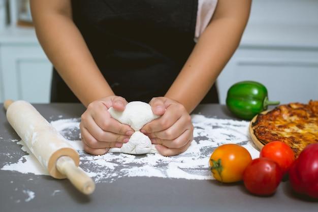 Küchenchef macht pizza in der küche Kostenlose Fotos