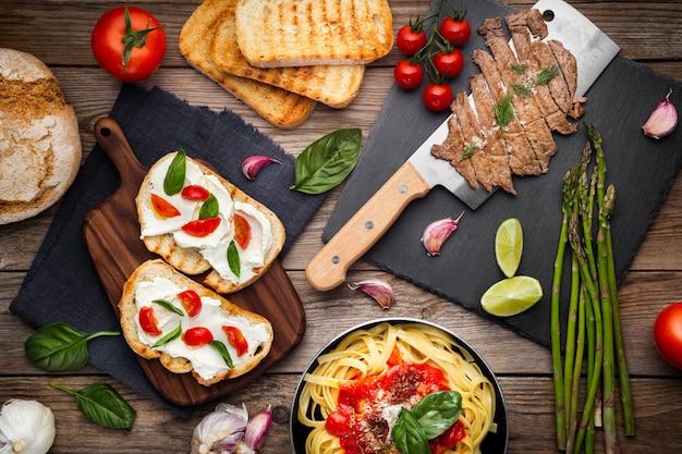 Küchentisch mit fertiggeschirr und zutaten Kostenlose Fotos
