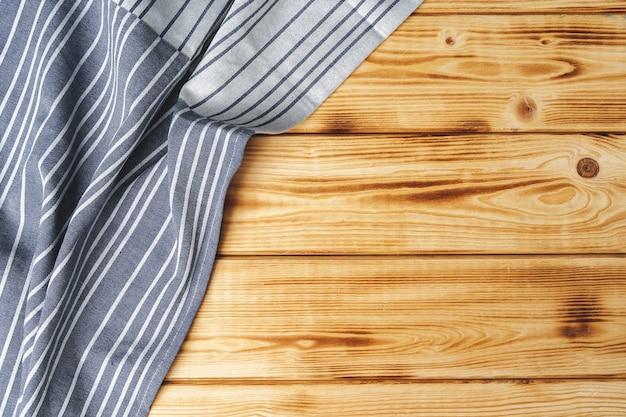 Küchentuch oder serviette über dem holztisch. nahaufnahme. Premium Fotos