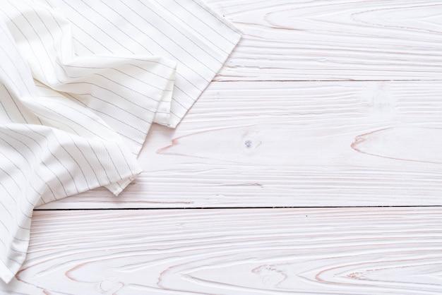 Küchentuch (serviette) auf hölzernem hintergrund Premium Fotos