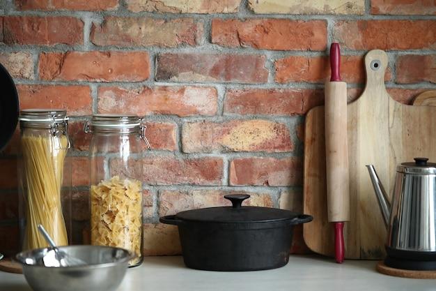 Küchenutensilien an der wand Kostenlose Fotos