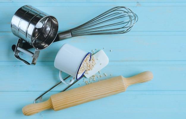 Küchenutensilien auf blauem holzhintergrund. draufsicht. Premium Fotos