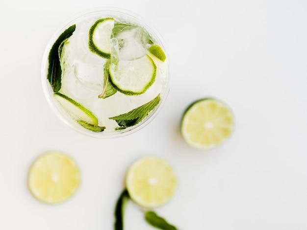 Kühler cocktail mit limette und pfefferminze Kostenlose Fotos