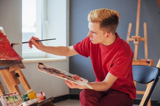 Künstler, der ein bild in einem studio malt Premium Fotos