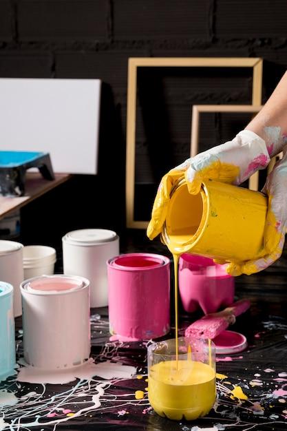 Künstler mischt farbe aus dosen Kostenlose Fotos
