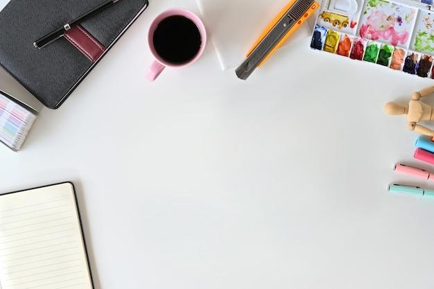 Künstler-tischplatte-schreibtischarbeitsplatz und kopienraum. Premium Fotos