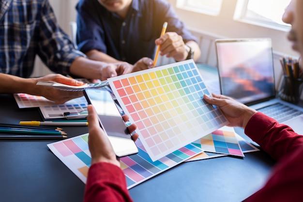 Künstlergruppe, die planungspartnerschaftsstrategie zu den mitarbeitern im kreativen büro gedanklich löst. Premium Fotos