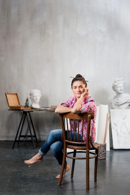 Künstlerin auf stuhl Kostenlose Fotos