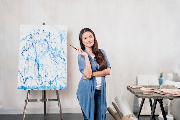 Künstlerin vor leinwand Kostenlose Fotos