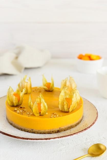 Kürbis-orangen-kuchen mit physalis verziert Premium Fotos
