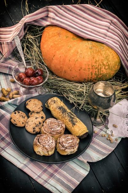 Kürbis und süßigkeiten auf einem tisch Premium Fotos