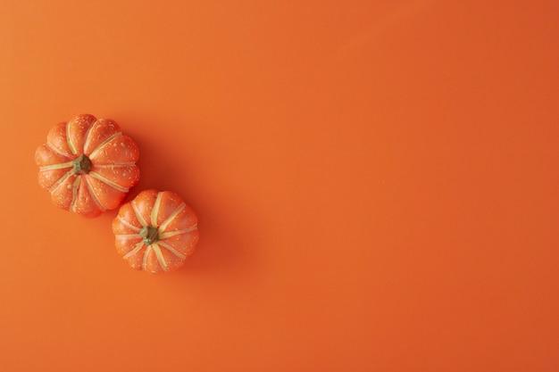 Kürbisdekorationen auf orange papier Premium Fotos