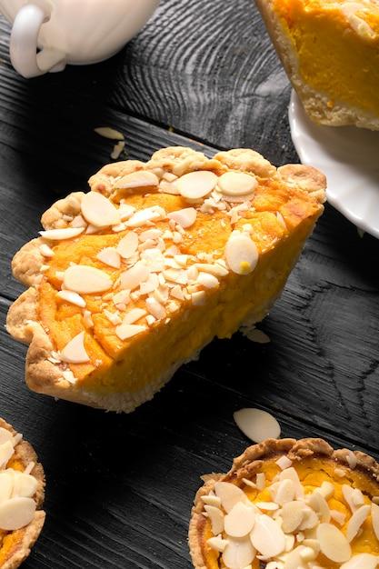 Kürbiskuchen mit mandelscheiben Premium Fotos