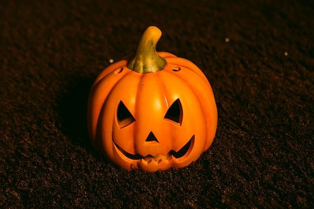 Kürbislaterne auf einem teppich. halloween-konzept Premium Fotos