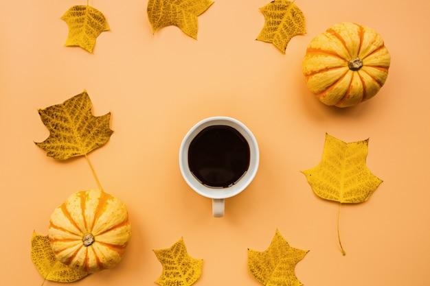 Kürbisse, kaffee und laub Premium Fotos
