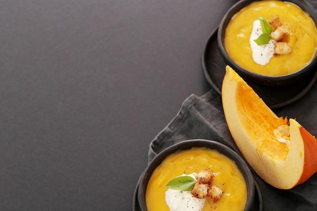 Kürbissuppe in schüssel Kostenlose Fotos