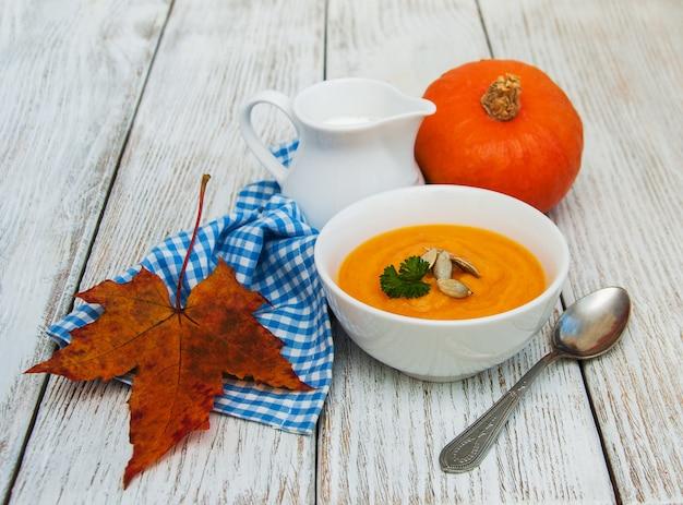 Kürbissuppe mit frischen kürbissen Premium Fotos