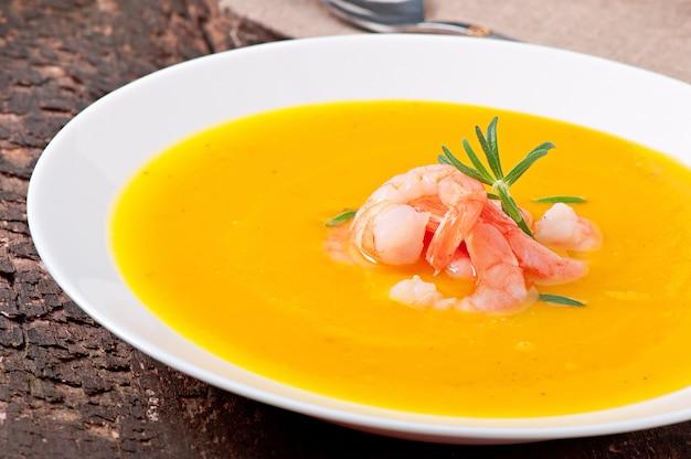 Kürbissuppe mit garnelen und rosmarin Kostenlose Fotos