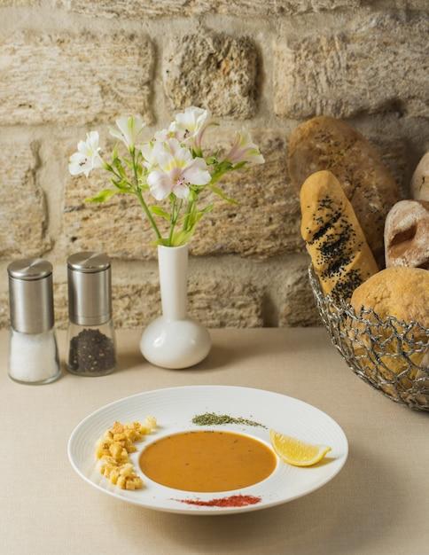 Kürbissuppe mit gehackten nüssen und zitrone Kostenlose Fotos