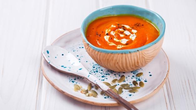 Kürbissuppe-püree mit sahne und kürbiskernen Premium Fotos