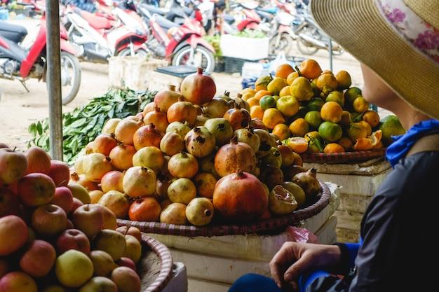 Kürzlich geerntete granatäpfel am markt Kostenlose Fotos