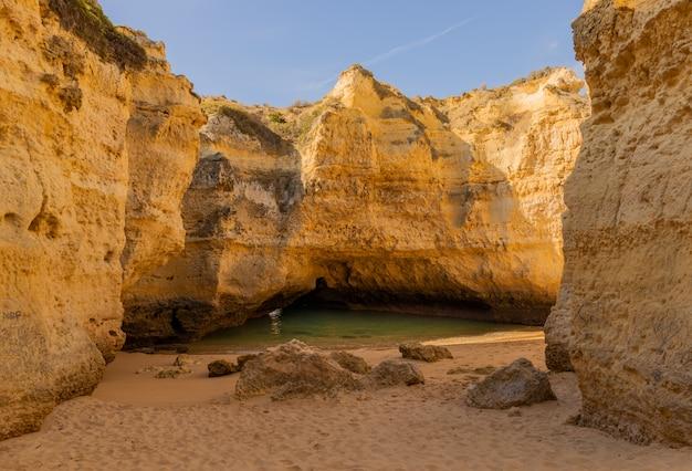 Küste des algarve-bereichs in portugal. Premium Fotos