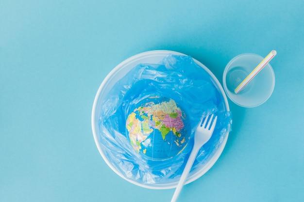 Kugel auf einer plastikplatte auf blauem hintergrund Premium Fotos