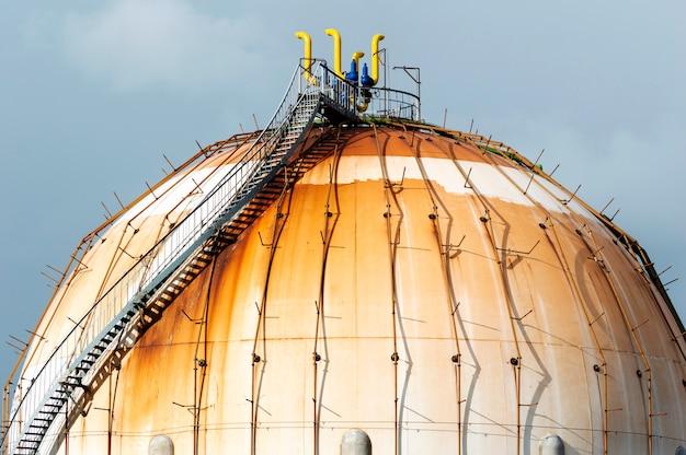 Kugelförmiger erdgastank in der petrochemischen industrie bei tageslicht, gijón, asturien, spanien. Premium Fotos