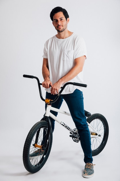 Kühler Mann mit bmx Fahrrad | Download der kostenlosen Fotos