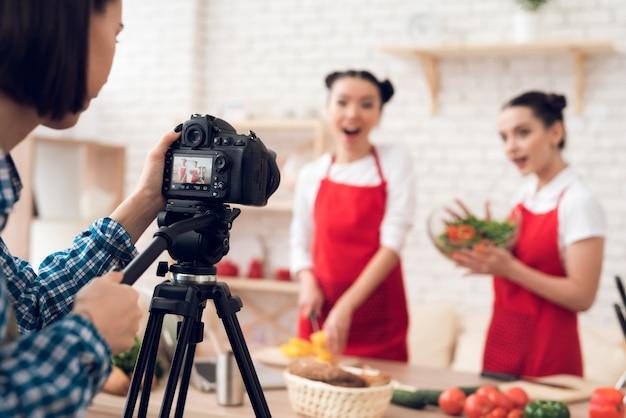 Kulinarische blogger, die gewürfelte paprikaschoten mit salat mischen. Premium Fotos