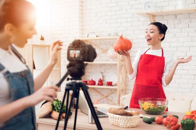 Kulinarische blogger halten kürbis mit einem mädchen hoch. Premium Fotos