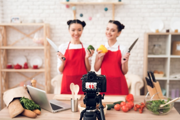 Kulinarische blogger halten paprika und messer hoch. Premium Fotos