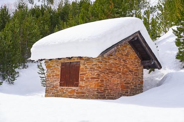 Kumpelschneehaus in andorra pyrenäen Premium Fotos