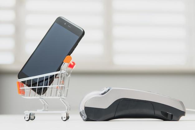 Kunde, der das telefon zur zahlung an den eigentümer im geschäft, restaurant, bargeldlose technologie und kreditkartenzahlungskonzept verwendet Premium Fotos