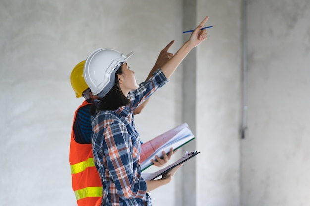 Kunde und auftragnehmer, die plan zum renovierungshaus besprechen. Premium Fotos