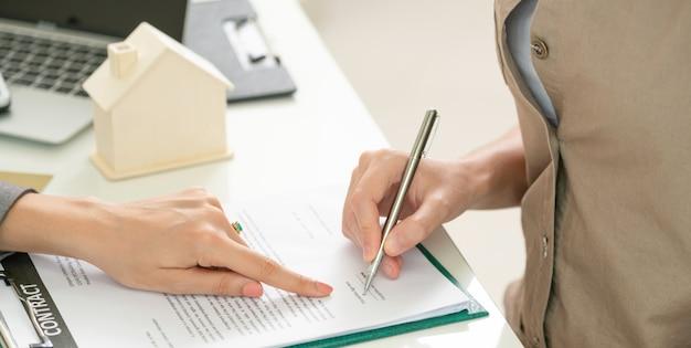 Kunde unterzeichnet dokument, um haus und immobilien zu kaufen Premium Fotos