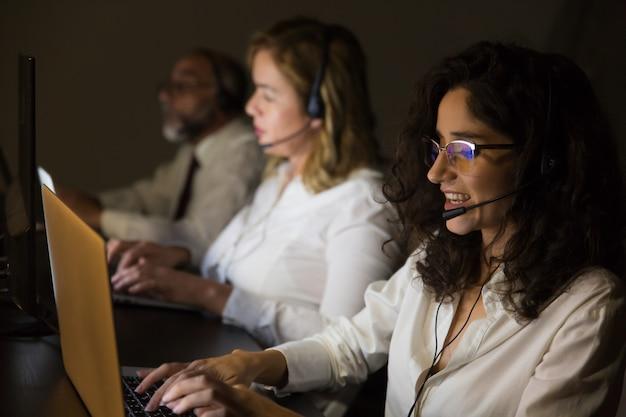 Kundendienstarbeitskräfte im dunklen büro Kostenlose Fotos