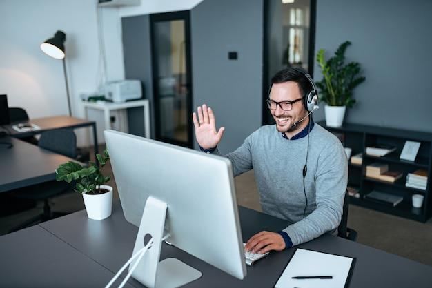 Kundendienstmitarbeiter, der seine kunden per videoanruf begrüßt. Premium Fotos