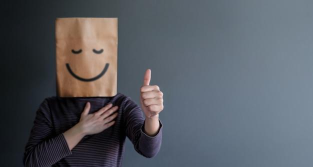 Kundenerfahrung oder menschliches emotionales konzept. frau bedeckte ihr gesicht und geschenk happy f Premium Fotos