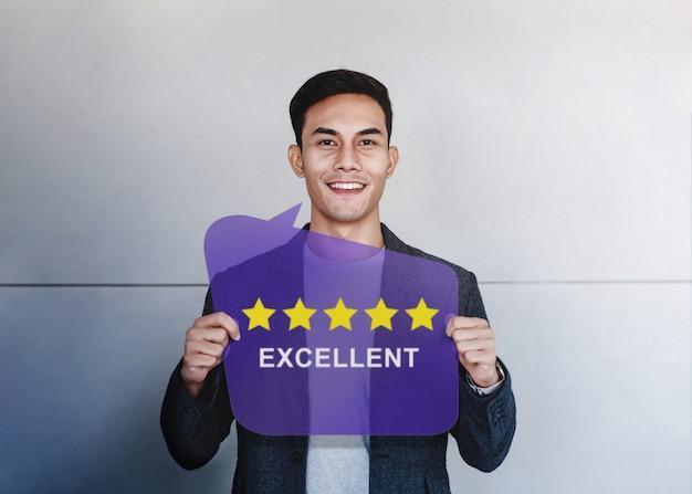 Kundenerfahrungen konzept. glücklicher kunde, der fünf-sternebewertung und positive bewertung zeigt Premium Fotos