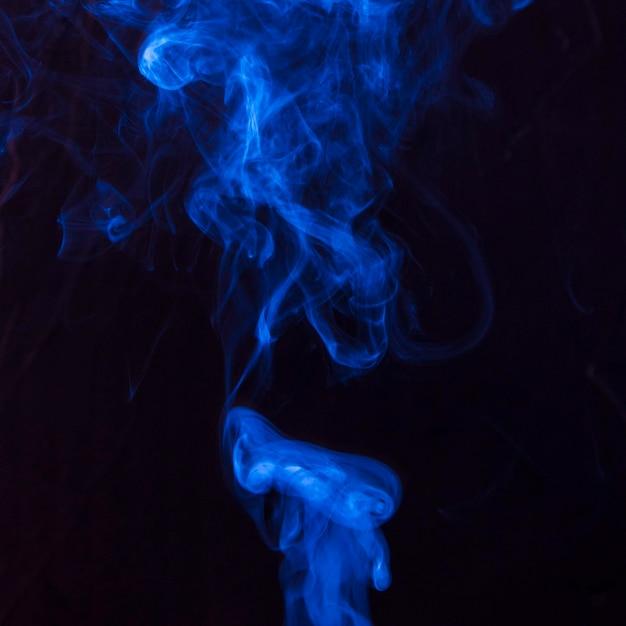 Kunst des hellen blauen rauches, der sich auf schwarzen hintergrund bewegt Kostenlose Fotos