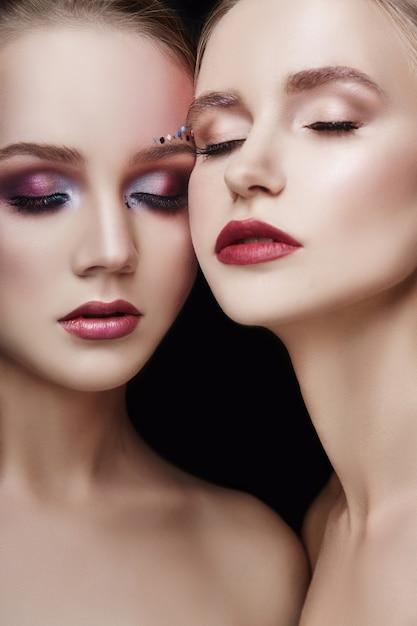 Kunst make-up zwei mädchen umarmen, viele strasssteine Premium Fotos