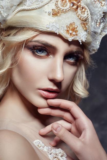 Kunst mode blonde mädchen lange wimpern klare haut Premium Fotos