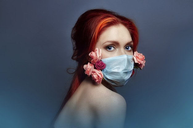 Kunstmodefrau mit medizinischem respirator auf gesicht Premium Fotos