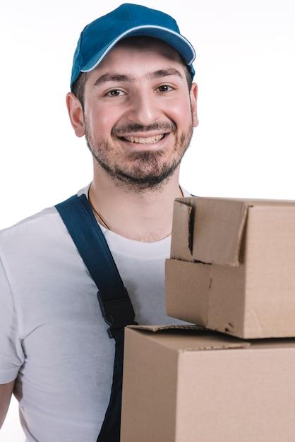 Kurier mit paketen, die kamera betrachten Kostenlose Fotos