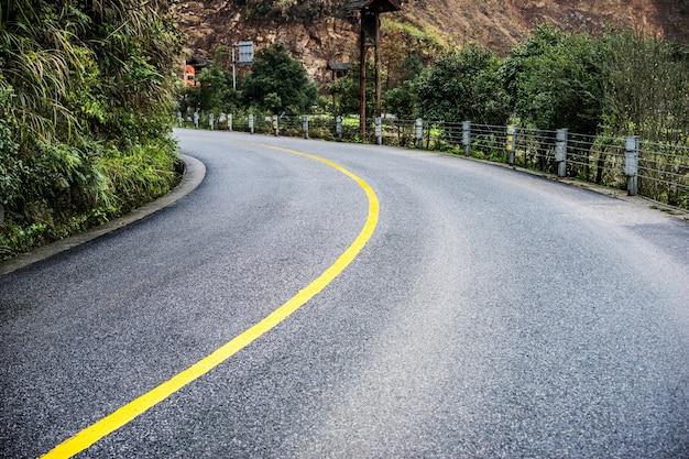 Kurve auf einer straße Kostenlose Fotos